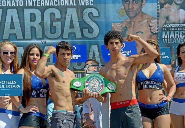 El invicto mexicano Giovanni Rey Vargas (d) tratará de ganarle al argentino Néstor Paniagua en la pelea por el título internacional supergallo del CMB. (Notimex)