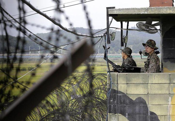 Foto de archivo del 17 de septiembre de 2014 de soldados surcoreanos de guardia en un retén en Imjingak, cerca del poblado fronterizo de Panmunjom, en Paju, Corea del Sur. (Foto AP/Ahn Young-joon, Archivo)