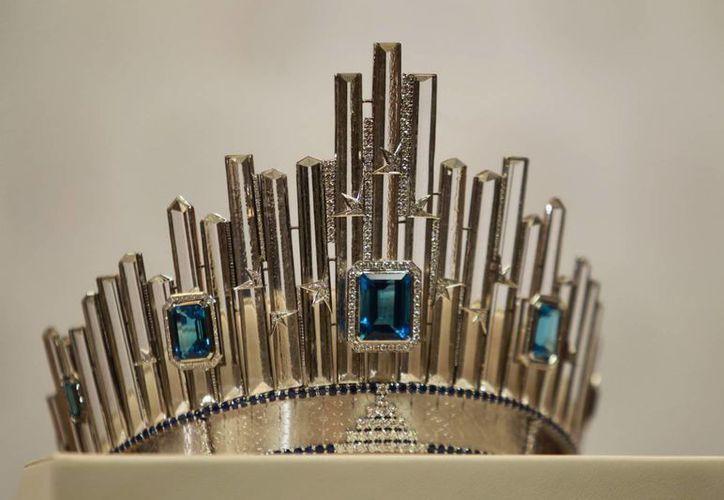 Esta es la corona que portará la ganadora del concurso Miss Universo 2015, quien vivirá durante un año en Nueva York, ciudad en la que está inspirada dicha corona. (Fotos: Notimex)