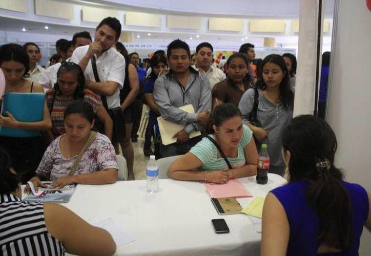 Cientos de personas acuden a las ferias en busca de una oportunidad de empleo. (Paloma Wong/SIPSE)