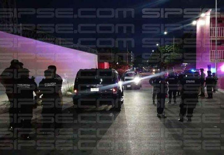 Al lugar arribaron elementos de Seguridad Pública Municipal, quienes acordonaron la zona. (Redacción/SIPSE)