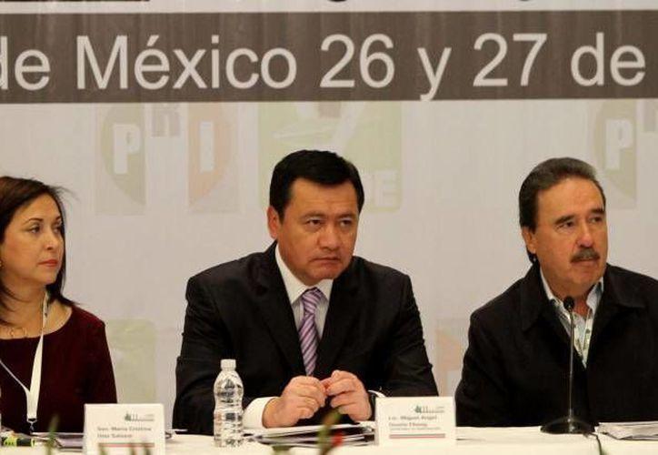 Osorio Chong (c) anunció que la Gendarmería se convertirá en una división de la Policía Federal. (Notimex/Foto de archivo)