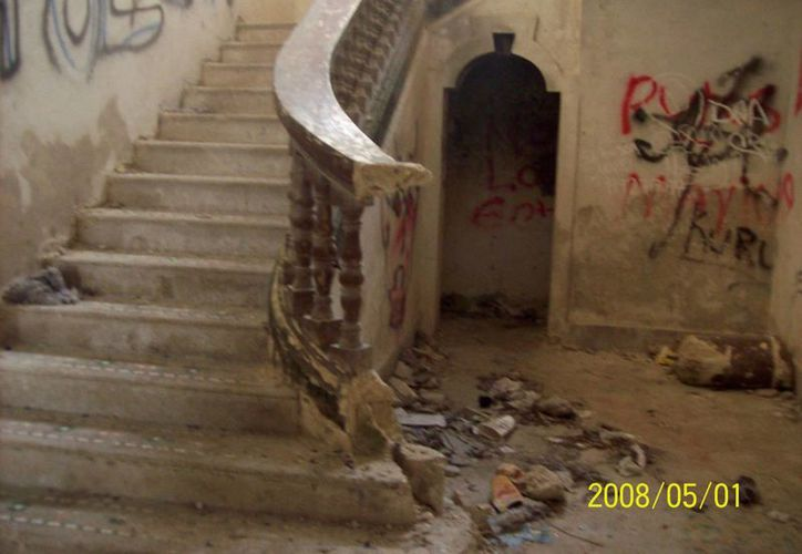Escaleras interiores que conducen a la segunda planta, donde los jóvenes vivieron la extraña experiencia. (Jorge Moreno/SIPSE)