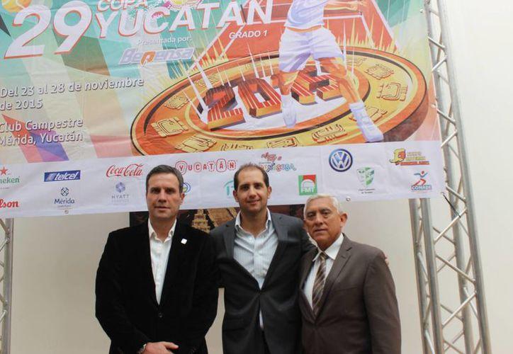 Jorge Haro Giffening (c), presidente del Comité Organizador y Juan Sosa Puerto, director del Instituto del Deporte (d) presidieron la presentación de la nueva edición de la Copa Mundial Yucatán 2015. (SIPSE)