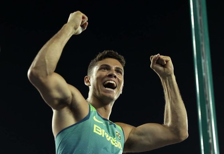 El brasileño consiguió la segunda medalla para Brasil, además de que impuso récord Olímpico. (Matt Slocum/AP)