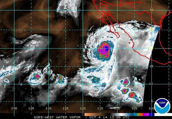 El huracán Simón mantendrá vientos fuertes y oleaje elevado en costas de sur y occidente de Baja California Sur, así como en las de Michoacán a Sinaloa, incluyendo las islas Marías y el Archipiélago de Revillagigedo. (ssd.noaa.gov)