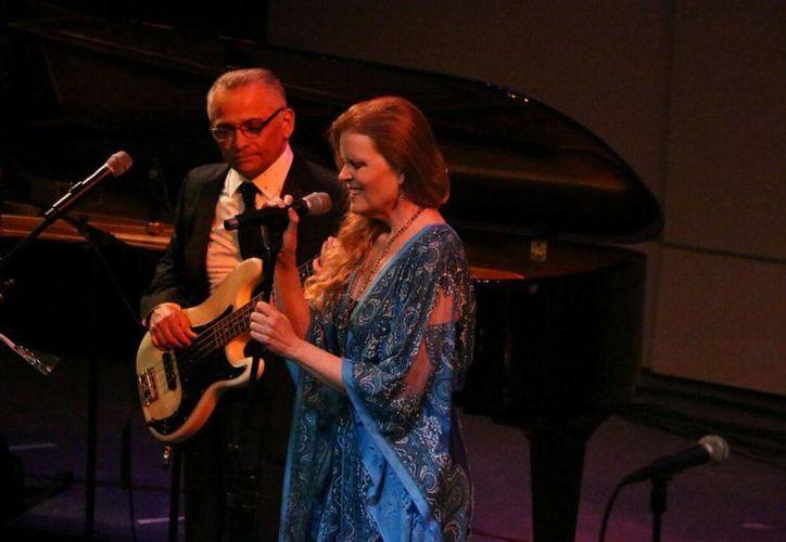El cantante local Gabriel Espinosa y la artista extranjera Tierney Sutton recibieron una ovación al término de su concierto de jazz en el Teatro José Peón Contreras. (Fotos: José Acosta/SIPSE)