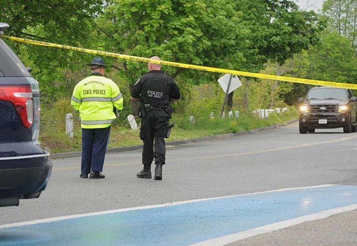 La policía custodia la escena donde un oficial de policía de Auburn fue baleado. Las autoridades informaron que fue trasladado a un hospital, donde se le declaró muerto. (Rick Cinclair / Worcester telegrama y la gaceta través AP)