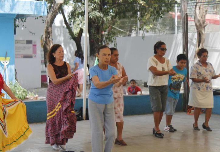 Algunos de espíritu joven y buen ritmo en ocasiones deciden bailar danzón. (Jesús Tijerina/SIPSE)