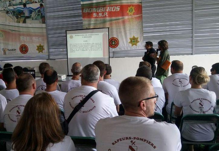 Bomberos compartieron conocimientosy anécdotas en las instalaciones de la corporación yucateca. (Foto: Luis Fuente)