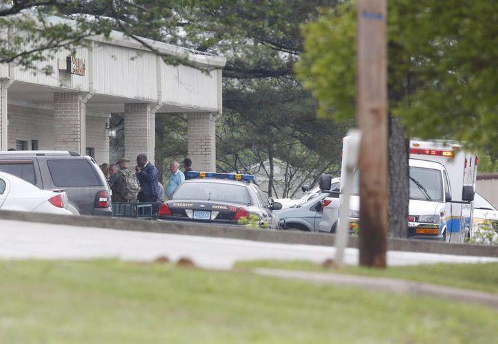 Imagen de las autoridades estadounidenses en el lugar donde se hizo una llamada de emergencia tras un tiroteo en Jemison, Alabama.. (AP)