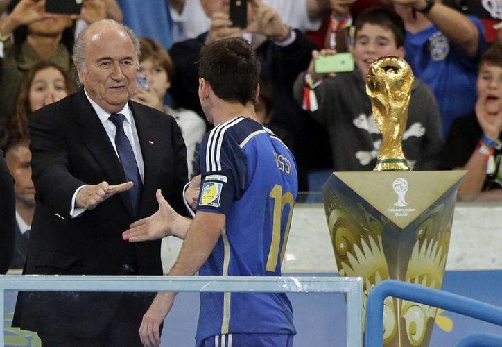 Joseph Blatter, máximo dirigente de FIFA, aceptó que le sorprendió el hecho de que Messi haya sido elegido como mejor jugador de la justa mundialista. (AP)