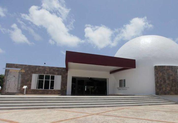 El periodista científico Juan José Morales presentará su libro en el Planetario de Cancún. (Redacción/SIPSE)