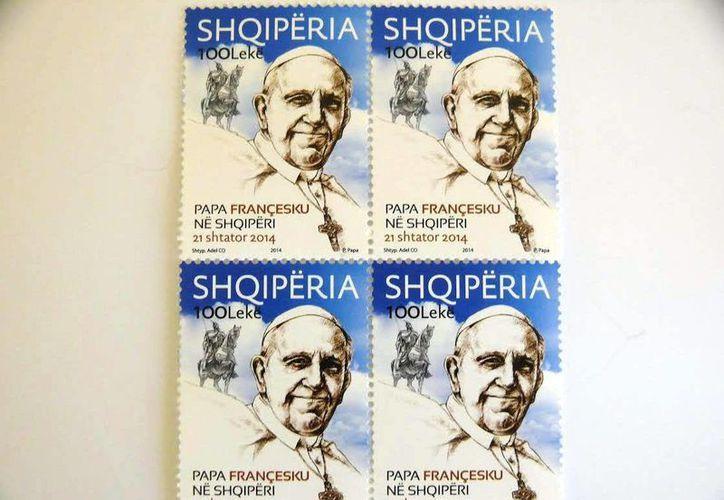 Esta emisión de sellos es una de las numerosas actividades que las autoridades albanesas han programado con ocasión de la visita del Papa a Tirana. (EFE)