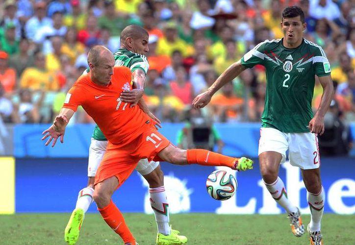El polémico delantero de Holanda, Arjen Robben, está convocado para partido amistoso contra México, el próximo 12 de noviembre. En la foto, el goleador disputa el balón con Carlos Salcido y 'Maza' Rodríguez en en el partido del Mundial Brasil 2014. (NTX/Archivo)