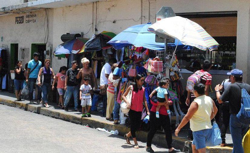 Los puestos de vendedores informales de Mérida se han 'achicado' para trasladarse con más facilidad de una calle a otra, a fin de burlar a la autoridad, lo que los ha convertido en 'miniambulantes'. (Milenio Novedades)