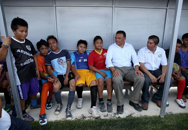Entre sus actividades del miércoles, el gobernador de Yucatán, Rolando Zapata Bello, convivió con niños deportistas de Hunucmá. (SIPSE)