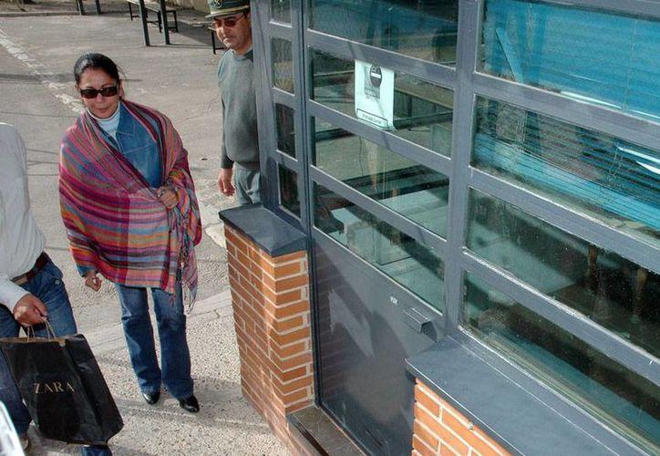 La cantante Isabel Pantoja ingresó a la cárcel para cumplir una condena por lavado de dinero. La imagen no corresponde al hecho; es una imagen de 2006 en la que puede verse a la cantante a su llegada a la prisión Provincial de Jaén para visitar a su esposo Julián Muñoz. (Efe/Archivo)