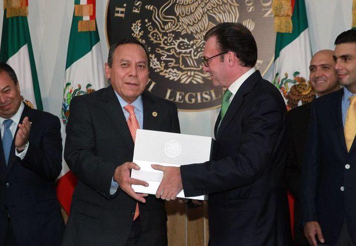 El presidente de la Mesa Directiva de la Cámara baja, Jesús Zambrano, recibió el Presupuesto 2016 de manos del secretario de Hacienda, Luis Videgaray, este 8 de septiembre de 2015. (Notimex)
