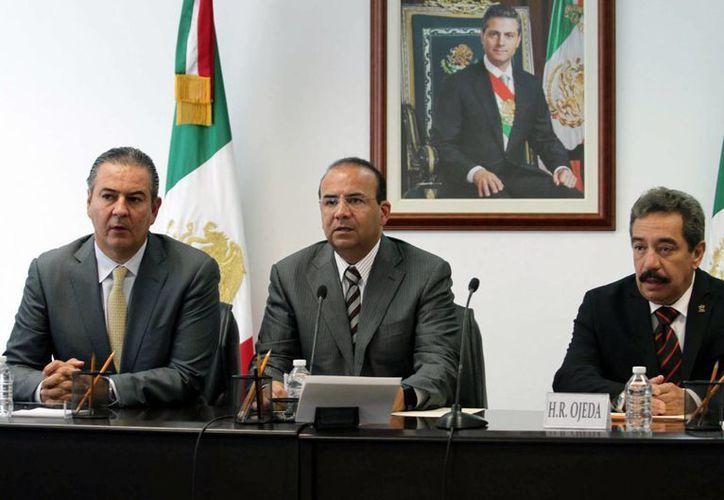 El titular de la Secretaría del Trabajo y Previsión Social , Alfonso Navarrete Prida, suscribió con los dirigentes patronales y obreros la realización de un debate sobre el asunto de los salarios mínimos en México. (Notimex)