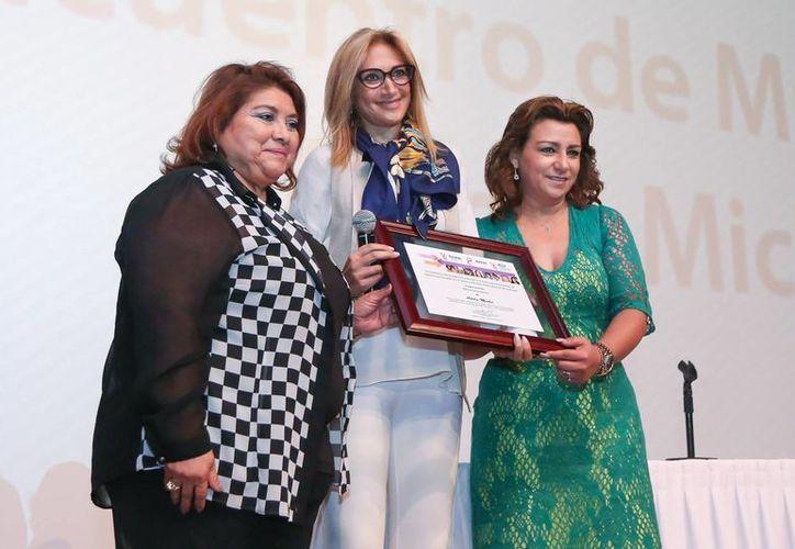 La periodista Adela Micha con la directora del Instituto de Equidad de Género, Paulina del Rosario Cetina Amaya, y la presidenta del DIF Yucatán, Sarita Blancarte de Zapata. (Cortesía)