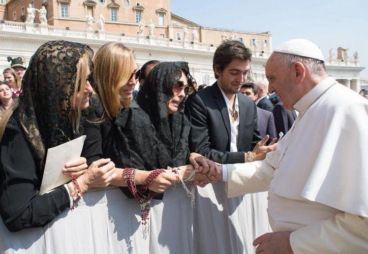 El Papa Francisco aseguró que hay mucho que hacer en favor de la mujer. En la imagen, un grupo de familiares de víctimas del avionazo de Germanwings saluda al pontífice. (AP)