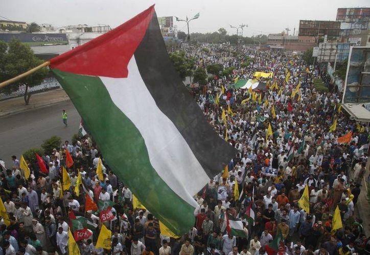 En varios países árabes, como Pakistán -en la imagen-, miles de musulmanes apoyan a Palestina y exigen el alto al fuego por parte de Israel. (AP)