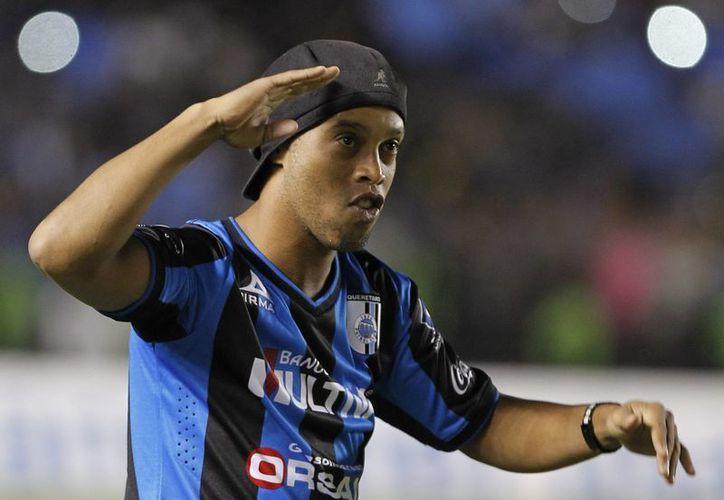 Ronaldinho durante su presentación como nuevo refuerzo de Gallos Blancos de Querétaro el fin de semana. (EFE)