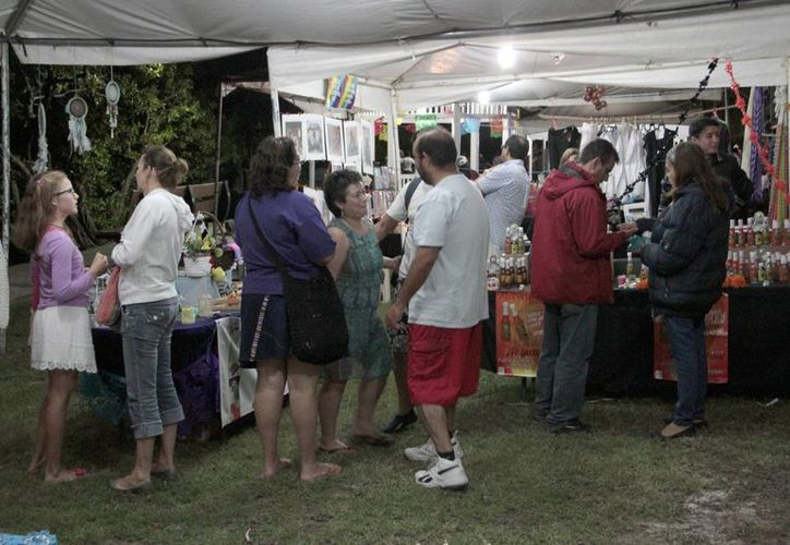 Los visitantes de la feria disfrutaron del ambiente tradicional así como de las actividades que se realizaron al tiempo que compraban productos artesanales. (Tomás Álvarez/SIPSE)