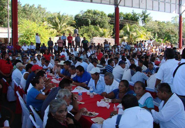 Más de 400 dignatarios mayas disfrutaron de la posada y recibieron pavos y canastas navideñas. (Manuel Salazar/SIPSE)