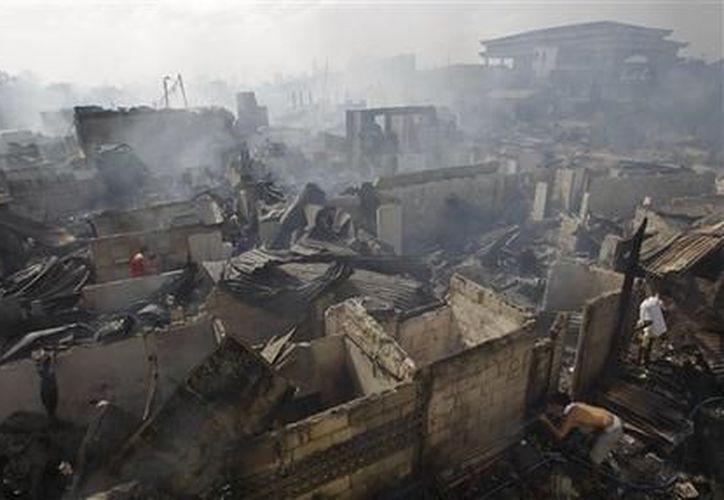 Dos bomberos resultaron heridos cuando fueron alcanzados por pedradas que les arrojaron los residentes, los cuales les quitaron las mangueras para utilizarlas ellos mismos. (Agencias)