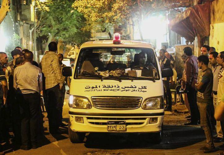Imagen de un vehículo que llevaba a una de las víctimas del ataque de las fuerzas egipcias, que por error, abrieron fuego contra los turistas en el desierto occidental. La mexicana María de Lourdes Fernández Rubio fue una de las fallecidas en el lugar. (AP)