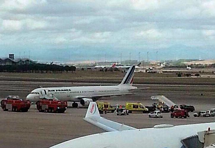 Un vuelo de Air France fue retenido en el aeropuerto de Madrid, tras conocerse el caso de un pasajero de África que presentó síntomas de ébola. (AP)