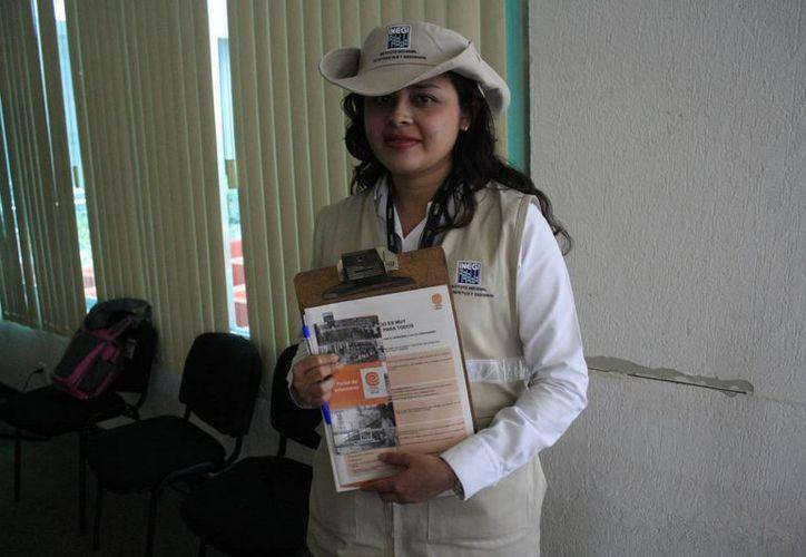Para seguridad de los encuestadores y de la misma sociedad se ha reforzado las medidas de seguridad del gafete de identificación, adicional a la mochila, gorra o sombrero que portan. (Harold Alcocer/SIPSE)