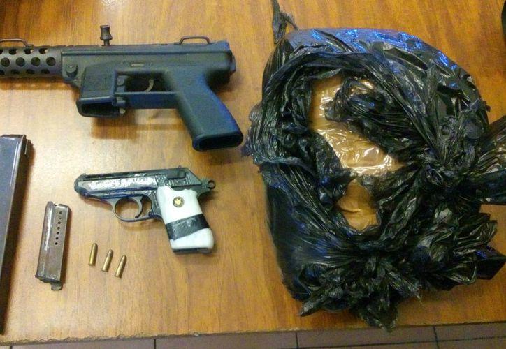 Los criminales traían una sub ametralladora calibre 9mm y una tipo escuadra calibre 22, así como con hierba seca con las características de la marihuana. (Redacción/SIPSE)