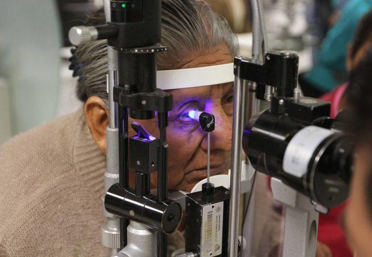 El síndrome de ojo seco va en aumento porque cada vez se hacen más cirugías para mejorar la vista y evitar el uso de lentes, señala un especialista. Imagen de contexto. (Archivo/Notimex)