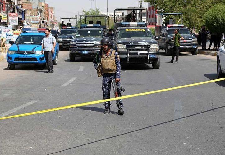 Las fuerzas de seguridad iraquíes cierran la calle donde se registró un ataque suicida con bomba en el barrio de Nueva Bagdad, Irak.  (Foto AP / Karim Kadim)