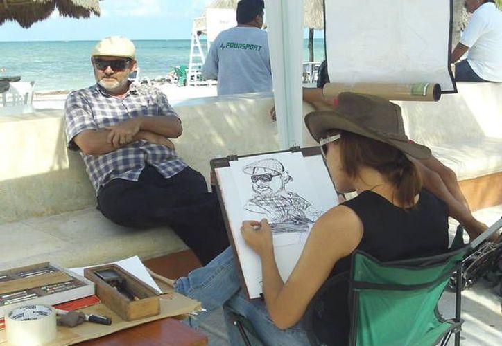 Lorena López en plena labor artística. (Manuel Pool/SIPSE)