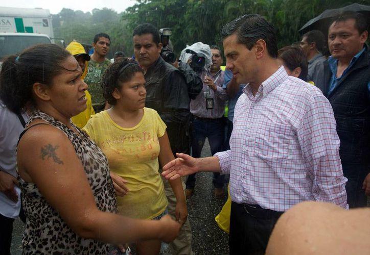 Peña Nieto llegó esta tarde a Chilpancingo para supervisar las labores de rescate. (Notimex)