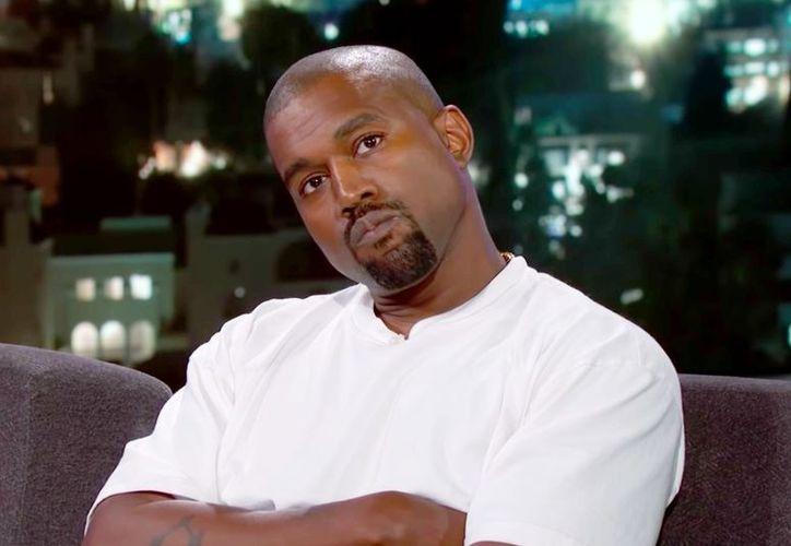 Kanye West huyendo de la mansión en la que se realizaba la producción. (Foto: Vanity Fair)