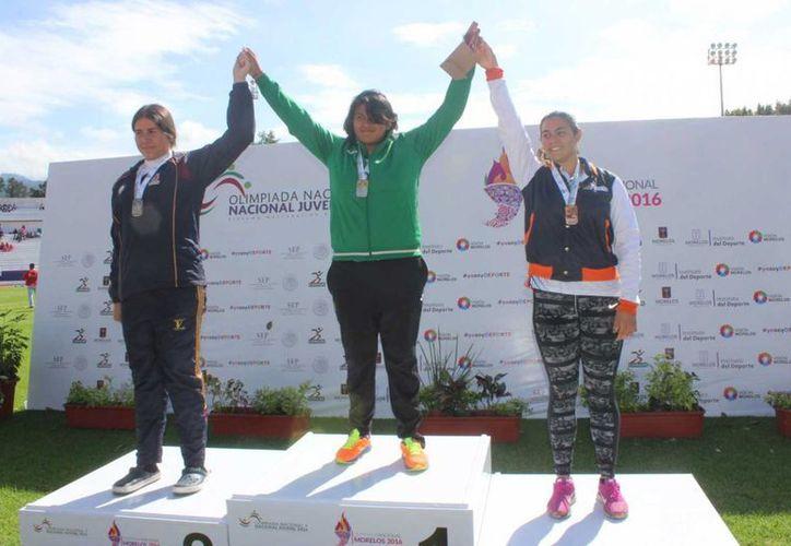 Arleth Flores (c) obtuvo oro en lanzamiento de bala en la Olimpiada Nacional 2016. (Milenio Novedades)