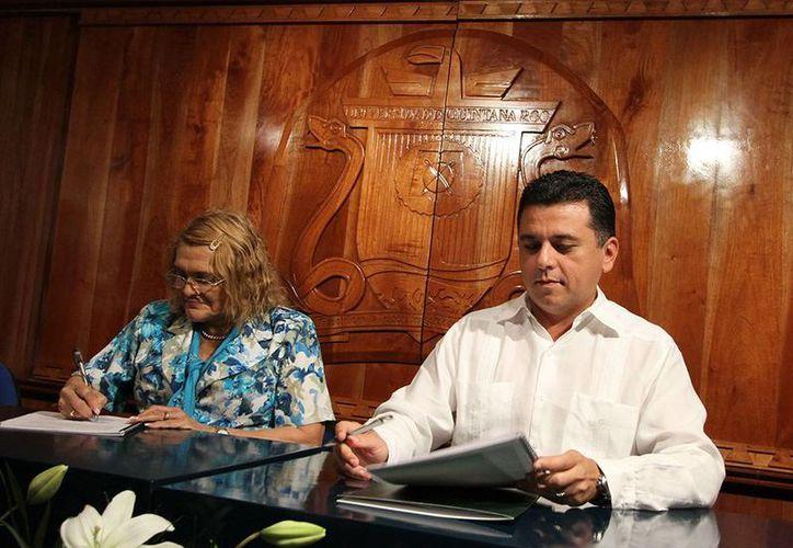 La rectora de la Universidad de Quintana Roo, Elina Coral, y el alcalde Fredy Marrufo Martín. (Cortesía/SIPSE)
