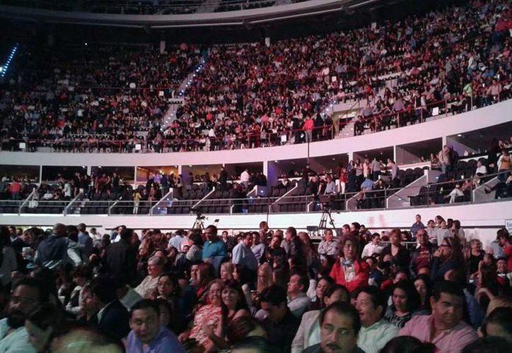 Cerca de ocho mil personas se encontraban en el Coliseo Yucatán cuando se canceló el concierto de Luis Miguel. (MIlenio Novedades)