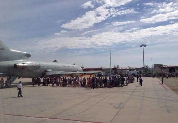 Traslado de turistas varados en Baja California Sur debido al huracán Odile. (Foto tomada del twitter de Miguel Angel Osorio Chong)