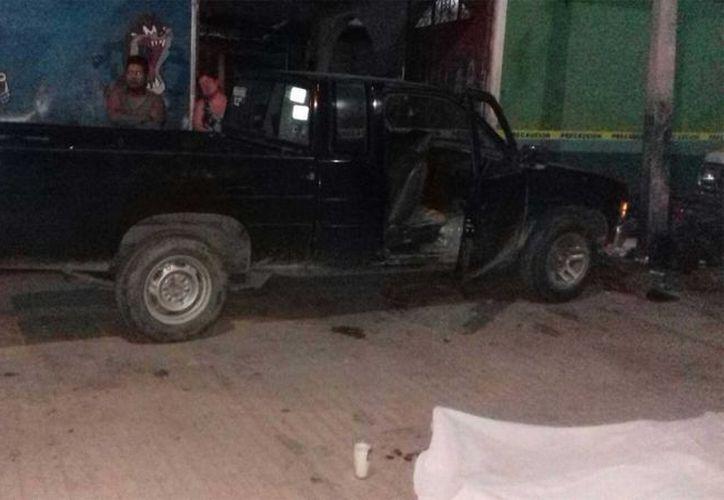 Un comando armado disparó contra una camioneta particular donde viajaba una familia en las inmediaciones del poblado de San Vicente Coatlán, Oaxaca dejando cuatro muertos y dos heridos, informó la SSP. (noticiasnet.mx)