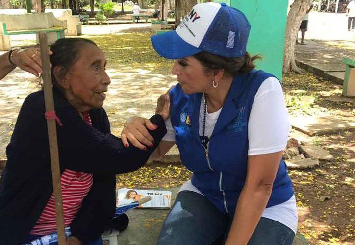 Trinidad García Arguelles platicó con habitantes de  Vicente Guerrero. (Cortesía)
