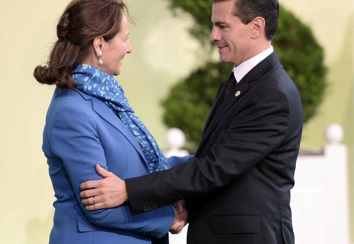 El presidente Enrique Peña Nieto arribó al complejo Le Bourget, sede de la Conferencia de las Partes (COP21), donde fue recibido por Ségolène Royal, Ministra de Ecología, Desarrollo Sostenible y Energía de Francia. (Notimex)