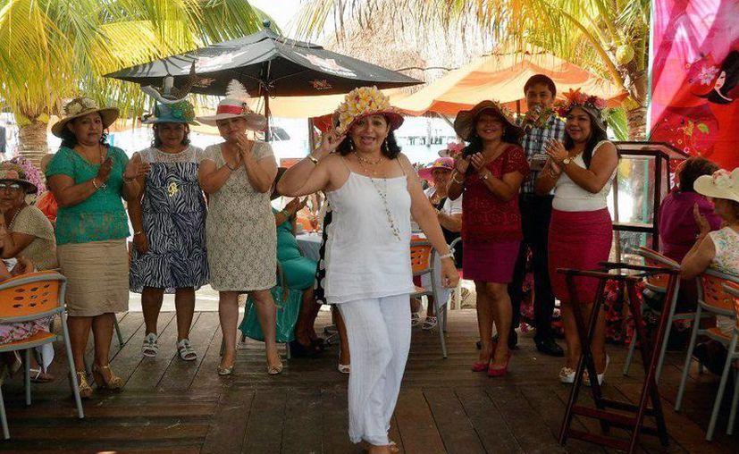 Se efectuaron concursos para premiar el esfuerzo y creatividad puestas en los sombreros. (Redacción/SIPSE)