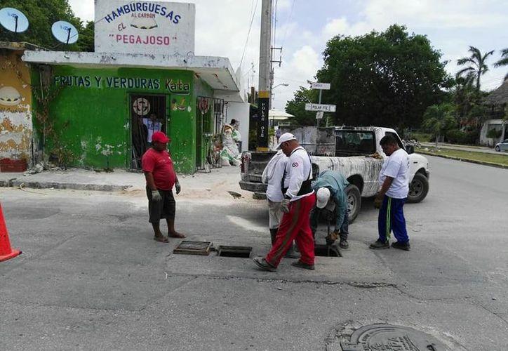 Se realizaron trabajos de desazolve de pozos de absorción a fin de evitar inundaciones en las calles. (Foto: Redacción)