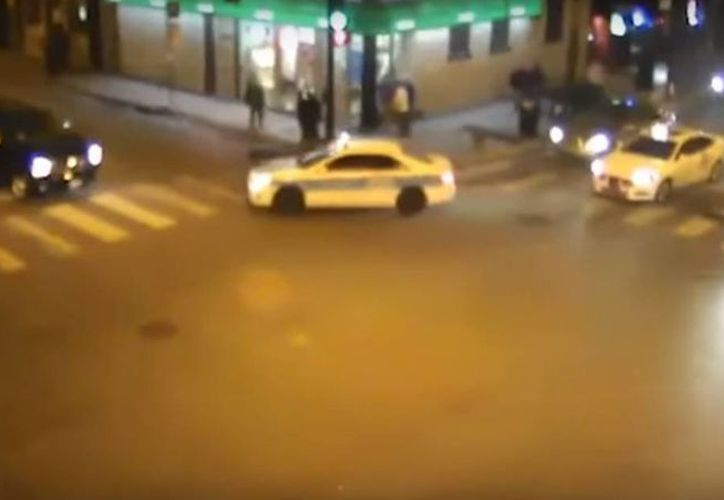 En el video se observa el cuerpo tirado del joven luego de ser asaltado, y minutos después es arrollado mortalmente por un taxi. (Captura de pantalla)